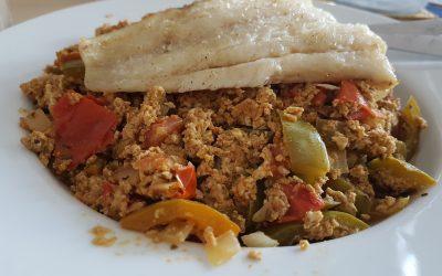 Fisch mit Rührei und Gemüse